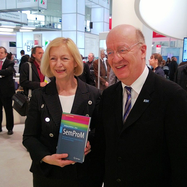 "2013: Prof. Dr. Wolfgang Wahlster überreicht das gerade veröffentlichte Buch ""SemProM, Foundations of Semantic Product Memories for the Internet of Things"" an die Bundesministerin für Bildung und Forschung Prof. Dr. Johanna Wanka auf der Hannover Messe 2013 2013: Prof. Dr. Wolfgang Wahlster presented the recently published book ""SemProM, Foundations of Semantic Product Memories for the Internet of Things"" to the Federal Minister of Education and Research Prof. Dr. Johanna Wanka at the Hannover Messe 2013"