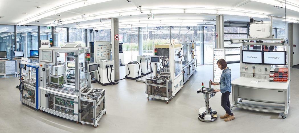 Die SmartFactory-KL Produktionsanlage in ihrem Aufbau 2017.