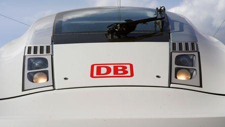 Frontalansicht ICE-Zug mit DB-Logo.