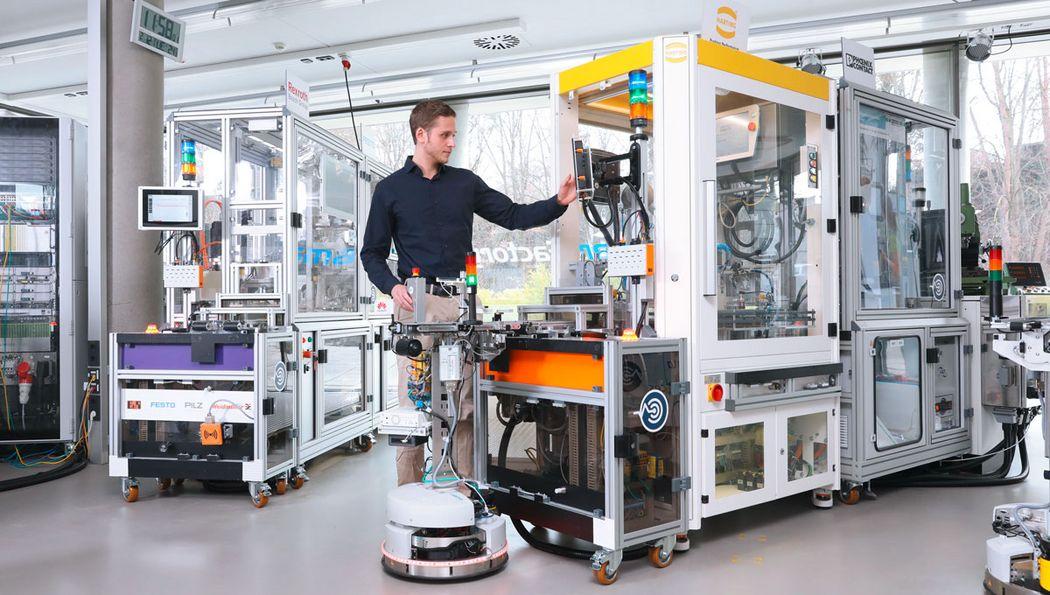 Werker in der Produktion mit Robotino