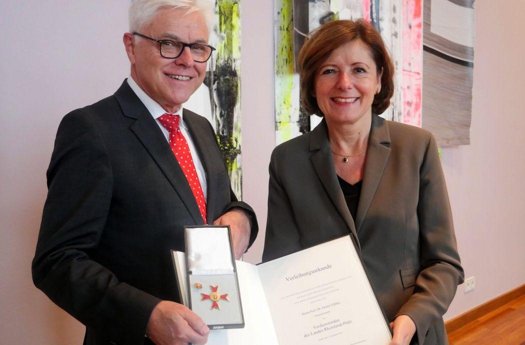 Prof. Zühlke und Ministerpräsidentin RLP Malu Dreyer mit Urkunde und Landesverdienstorden.