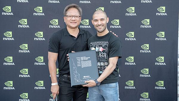 Jensen Huang und Sebastian Palacio mit dem Award.
