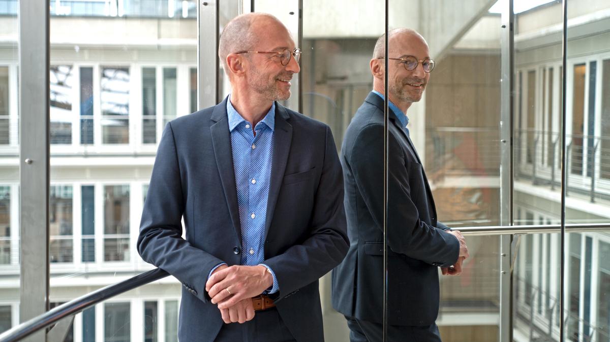 Portrait Prof. Dengel vor Spiegel