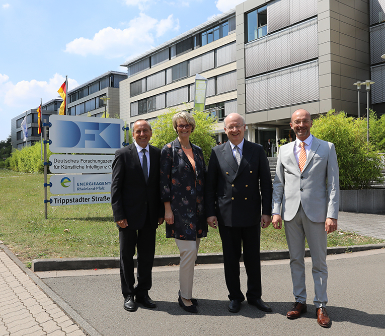 Minister Wolf, Bundesministerin Karliczek, Prof. Wahlster und Prof. Dengel vor dem DFKI-Gebäude in Kaiserslautern.