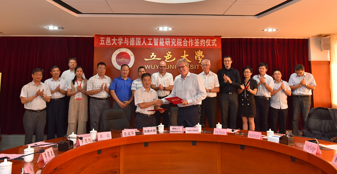 Signing the contract with Wuyi University.
