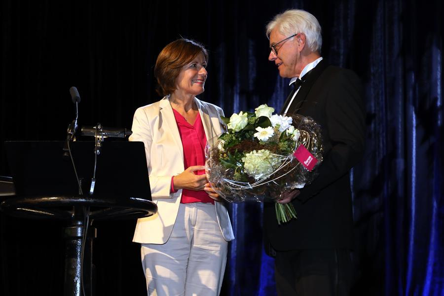 MP RLP Malu Dreyer übergibt Prof. Zühlke einen Blumenstrauß.