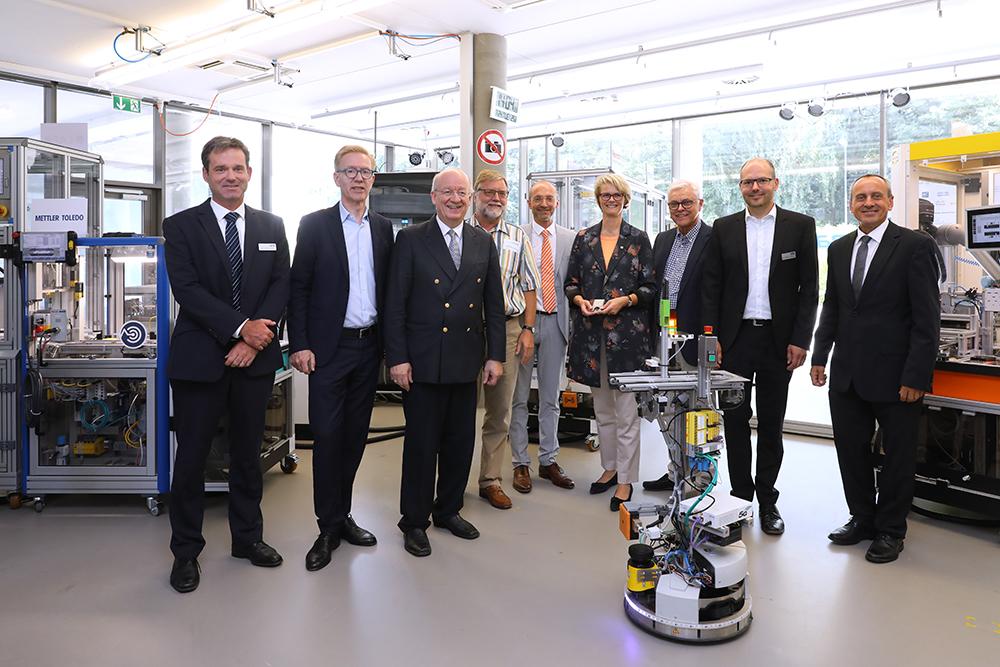 Gruppenfoto in der SmartFactory-KL