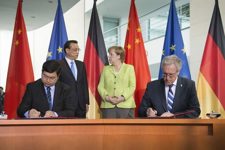 Unterzeichnung des MoU durch Dr. Yan Cui, CEO 4DAGE, und Dr. Walter Olthoff, CFO DFKI, im Beisein des chinesischen Premierministers Li Keqiang und der Bundeskanzlerin Angela Merkel