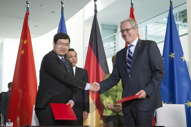 Shaking Hands nach der Unterzeichnung: Dr. Yan Cui, CEO 4DAGE, und Dr. Walter Olthoff, CFO DFKI
