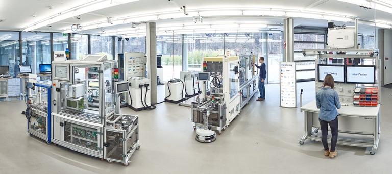 Panoramabild der SmartFactory-KL Produktionsanlage