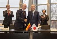 Prof. Wolfgang Wahlster und Dr. Ryoji Chubachi nach der Unterzeichnung des Memorandum of Understanding