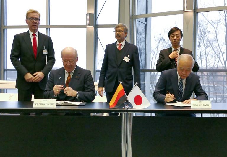 Prof. Wolfgang Wahlster und Dr. Ryoji Chubachi bei der Unterzeichnung des Memorandum of Understanding