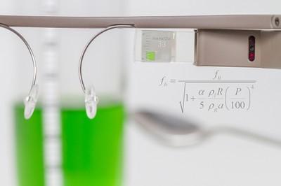 Blick durch die Datenbrille mit eingeblendeter Formel
