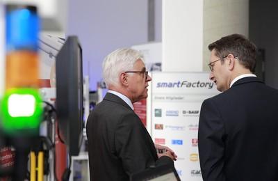 Prof. Zühlke mit MDir Schnorr in der SmartFactory-KL