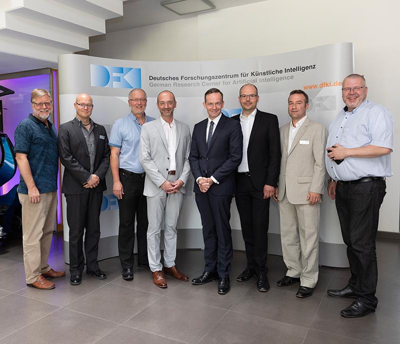 Gruppenbild aller Teilnehmer des Wissing-Besuchs am DFKI