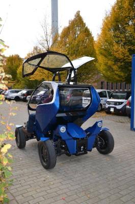 EO smart connecting car mit geöffneten Flügeltüren