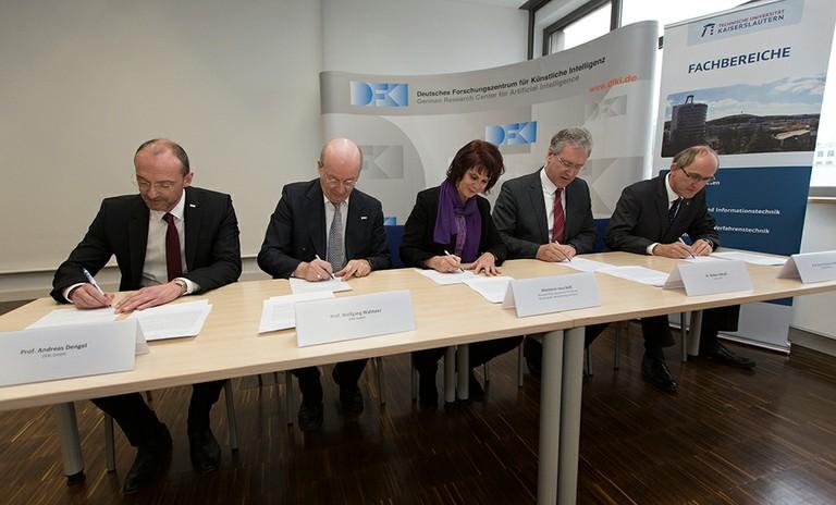 Gruppenfoto bei der Unterzeichnung der Grundsatzvereinbarung