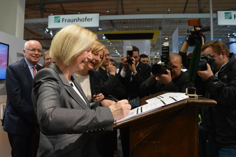 Bundesforschungsministerin Wanka beim Test