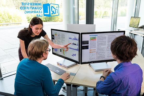 Eine Mitarbeiterin zeigt im iQL ein System für alternative Lehr- und Lernmethoden.
