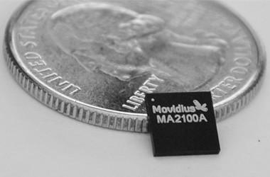 Zum Größenvergleich eine Münze und der Chip von Movidius