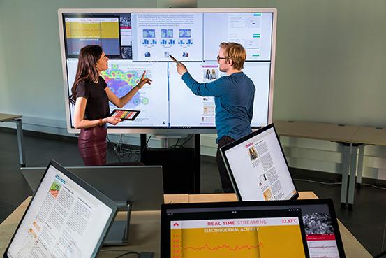 Mitarbeiter des DFKI zeigen Funktionen des Smartborafds.