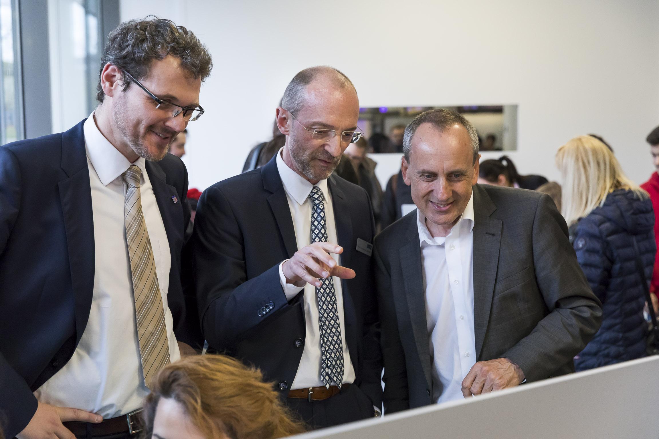 Prof. Kuhn, Prof. Dengel und Minister Wolf im iQL.