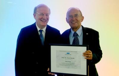 Prof. Wahlster (links) überreicht Prof. Bunke die Urkunde zum DFKI-Fellow