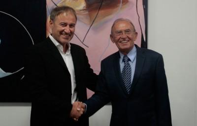 Der neue Vorsitzende des SAB, Prof. Gross, bedankt sich bei seinem Vorgänger