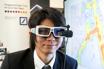 Person mit Eye-Tracking-Brille