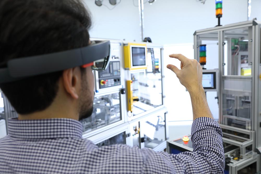 Person blick durch SmartGlasses auf Industrie 4.0-Modul