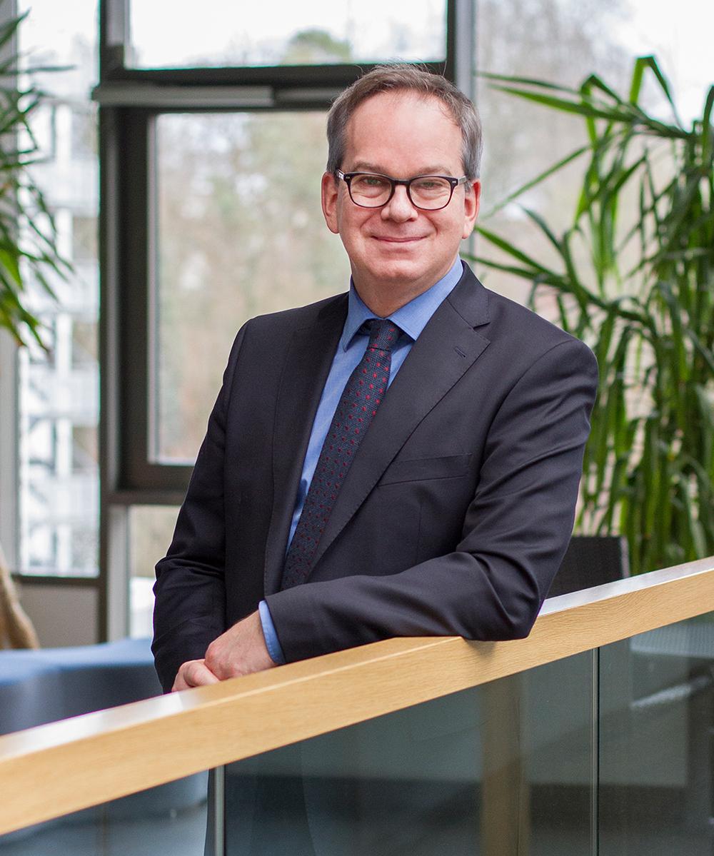 Prof. Hans Dieter Schotten im DFKI-Gebäude.