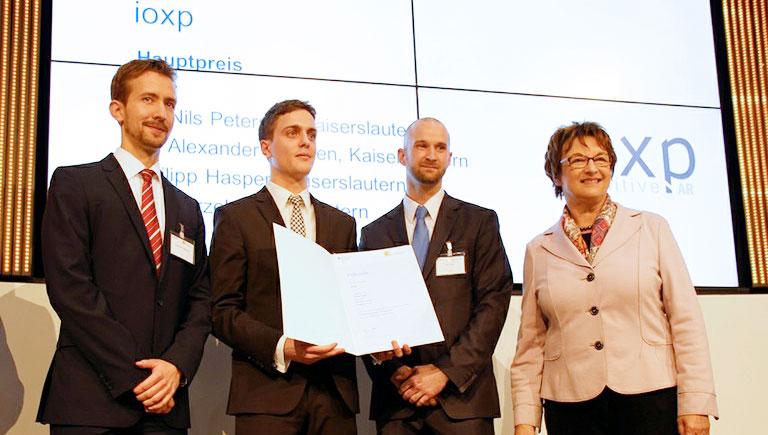 Staatssekretärin Brigitte Zypries mit dem Gewinnerteam von ioxp